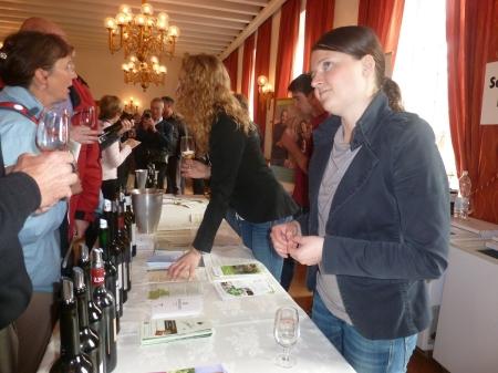 Une vendeuse allemande écoute patiemment un consommateur Français lui expliquer ce qu'est un bon vin..